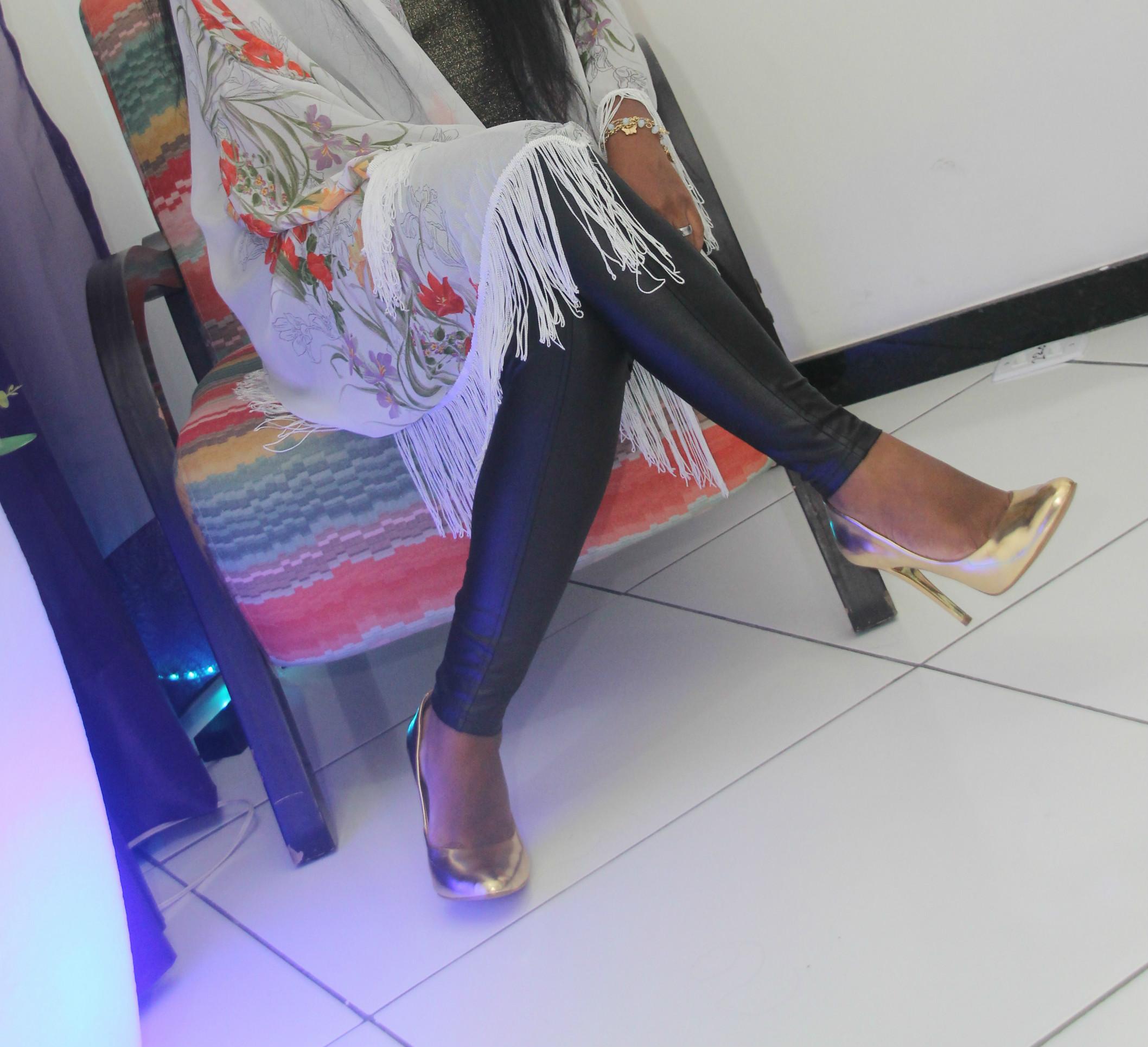 Kimono, Calça disco, Cropped e Sapato dourado