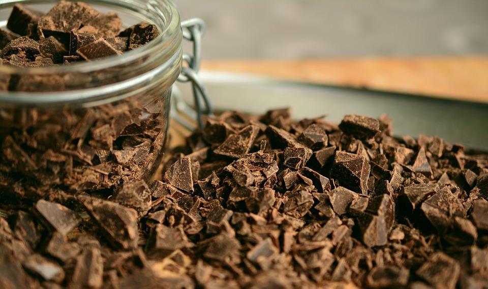 Tem muito chocolate em casa? Que tal usá-lo para fazer um poderoso hidratante?
