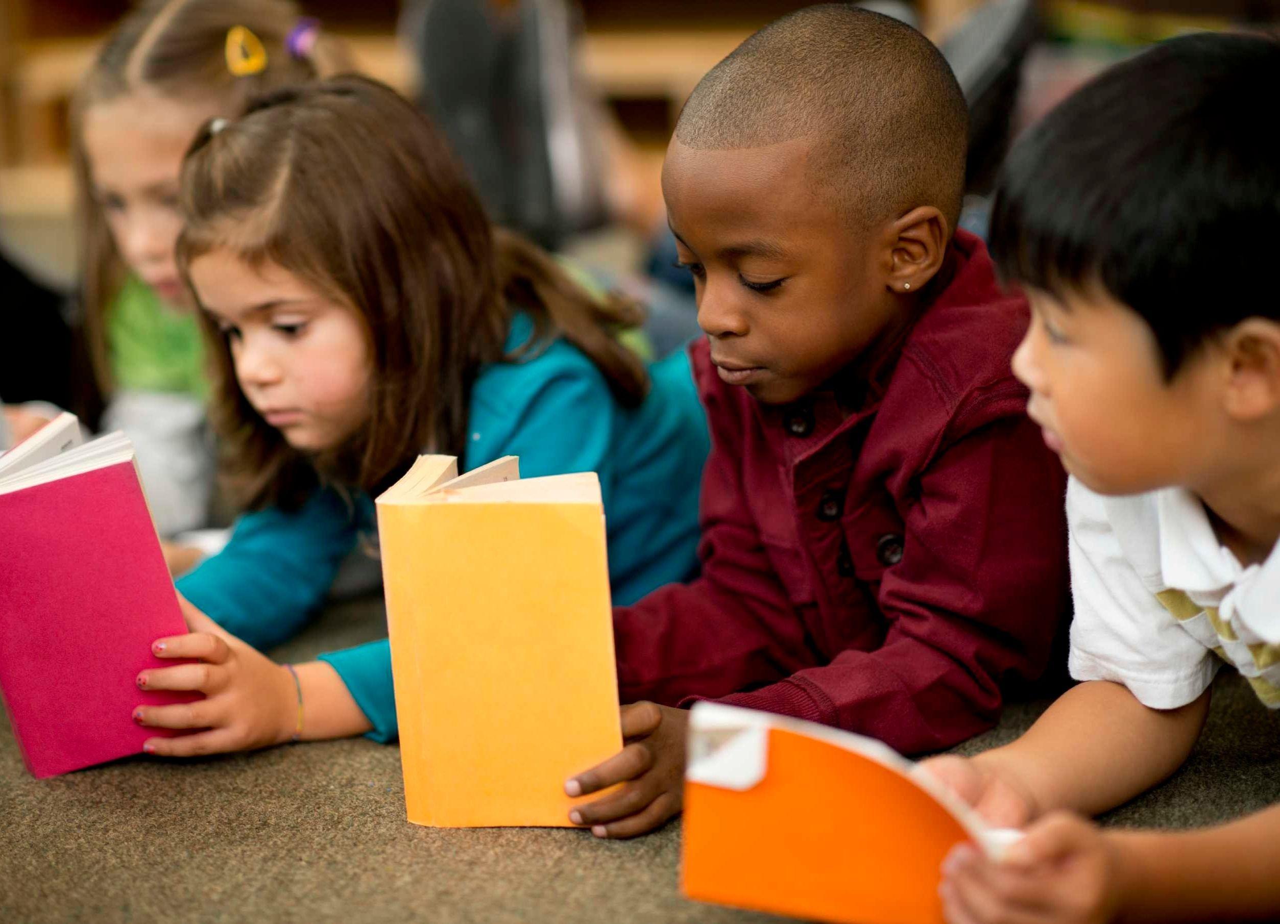 Quais benefícios a leitura proporciona para as crianças?